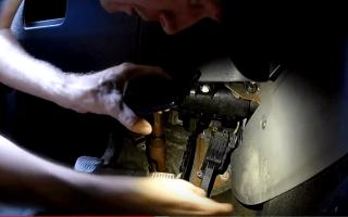 Замена салонного фильтра Форд Фокус 3 своими руками видео